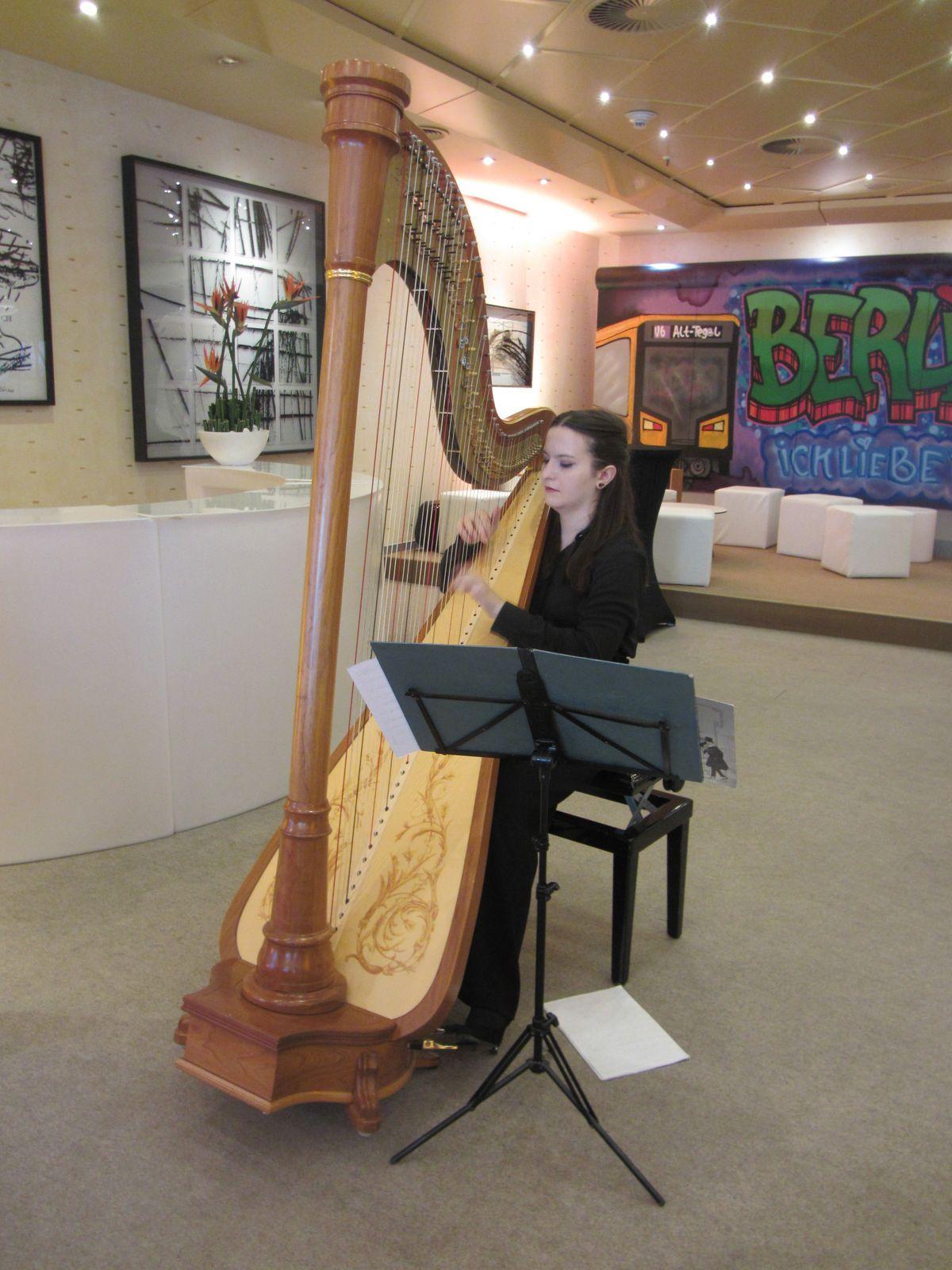Lilli Nitschkoff (Harfe) sorgte für den würdevollen musikalischen Rahmen bei der Verleihung des Lebensboten an Bundesgesundheitsminister Jens Spahn.