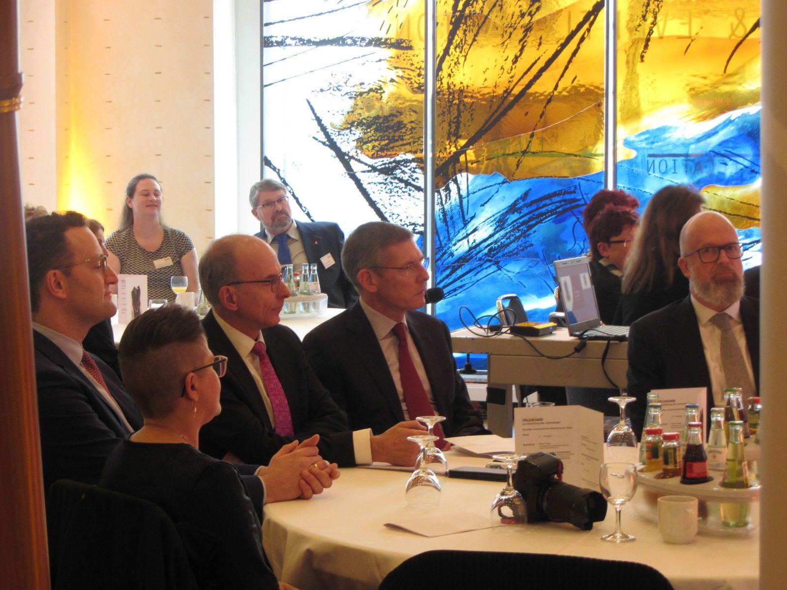 Tischrunde (vorne, von links) mit Minister Jens Spahn, Claudia Krogul, Dr. Rahmel (Deutsche Stiftung Organtransplantation = DSO), Prof. Dr. Kai-Uwe Eckardt (Charité), Thomas Biet (Kaufmännischer Vorstand der DSO); hinten von links: Nina Maric (Geschäfts- und Beratungsstelle des BDO e.V. in Bockenem), Uwe Barenbrügge (Vater von Claudia Krogul, der stellv. Vorsitzenden des BDO)