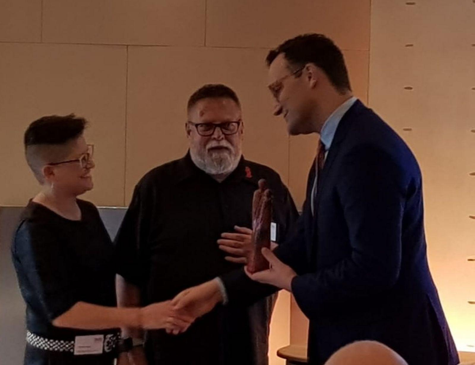 Claudia Krogul (stellv. Vorsitzende) gratuliert Minister Jens Spahn zum Lebensboten