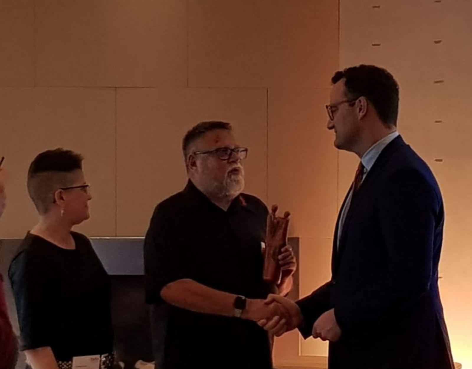 Peter Fricke übergibt den Lebensboten an Minister Jens Spahn.